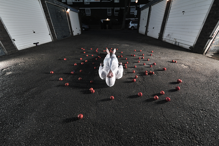tomatoes game by the garages - Fotografie - lucas_ross